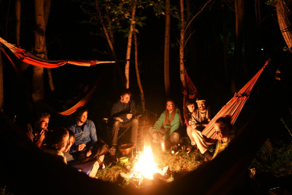 Randonnée bivouac en Vallée d'Aspe devant le feu de camp