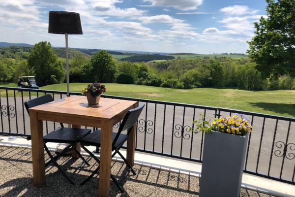 Terrasse mit Blick auf den Golfplatz von Clervaux