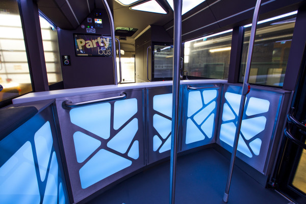 Bar mit DJ-Ecke im Party-bus