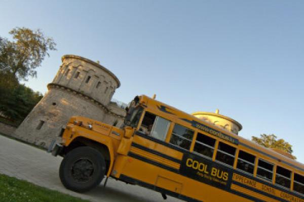 Cool Bus vor dem Dräi Eechelen Museum