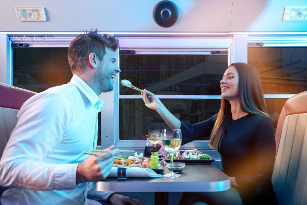 Paar genießt Sushi während der Asian Tour im Dinner Hopping Bus