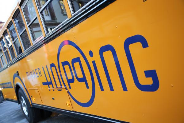 Dinner Hopping Logo auf der Busseite beflockt
