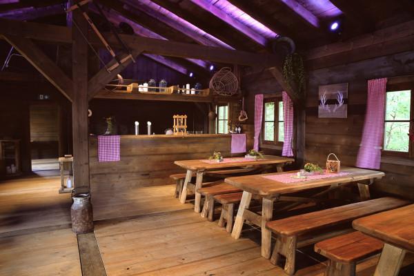 Tische und Bänke aus Naturholz für ein Menü, das im Lentz'en Chalet serviert wird
