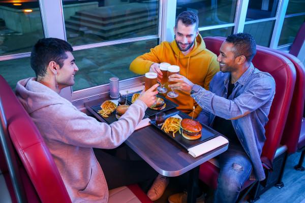 Abendessen mit Freunden während des American Tour im Dinner Hopping Bus
