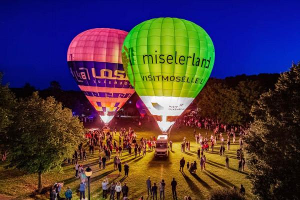 Beleuchtete Heißluftballons bei Nacht