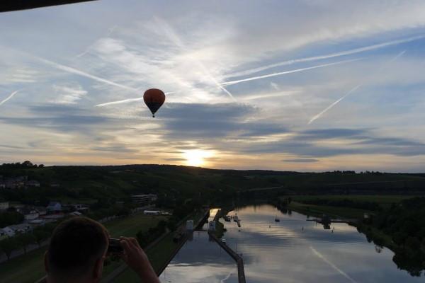 montgolfière au coucher du soleil