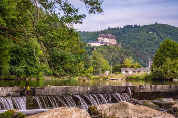Cascade à Vianden avec vue sur château