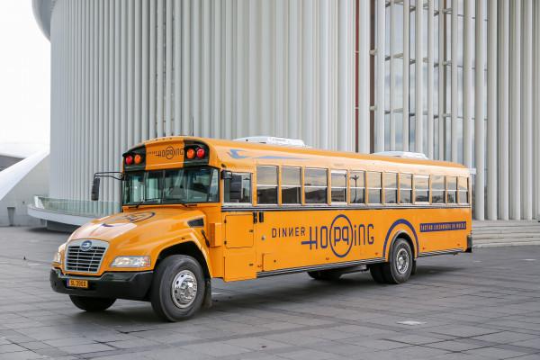 Bus Dinner Hopping devant la Philharmonie – Kirchberg