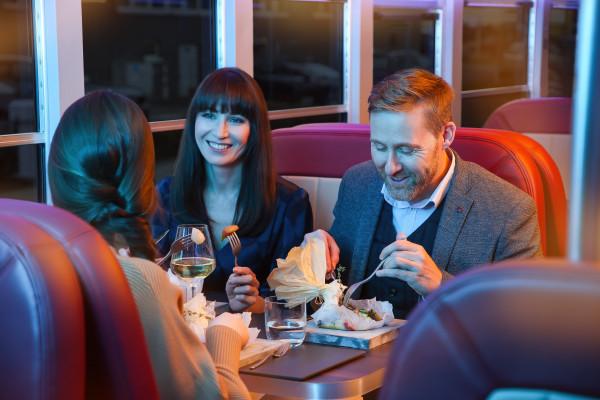 famille dégustant un repas gourmand dans le bus Dinner Hopping