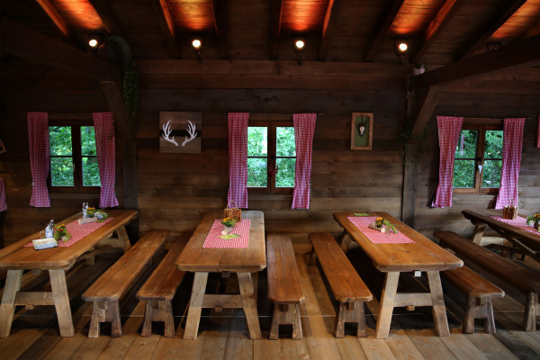 Tables and benches for your meal at Lentz'en Chalet