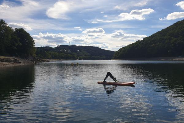 Yoga-SUP au lever du soleil sur le lac de la Haute-Sûre