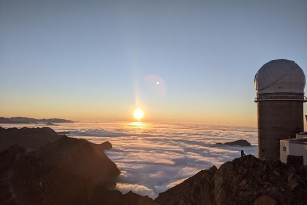 coucher de soleil somptueux en montagne