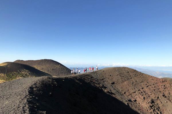 Lungo i bordo di un gigantesco cratere laterale