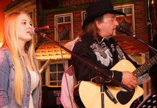 Franz Lippert mit Sängerin Gina Tahedl um Western City Dasing