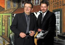 Tribute-Veranstaltung 2015: Sänger Ricardo Ross (links) mit Moderator Volker Waschk um Western City Dasing