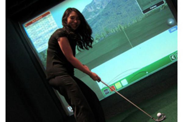 Golfspielerin im Simulator