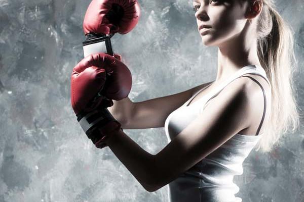 Frau in Kampfhaltung
