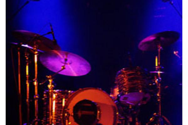 Schlagzeug auf Bühne