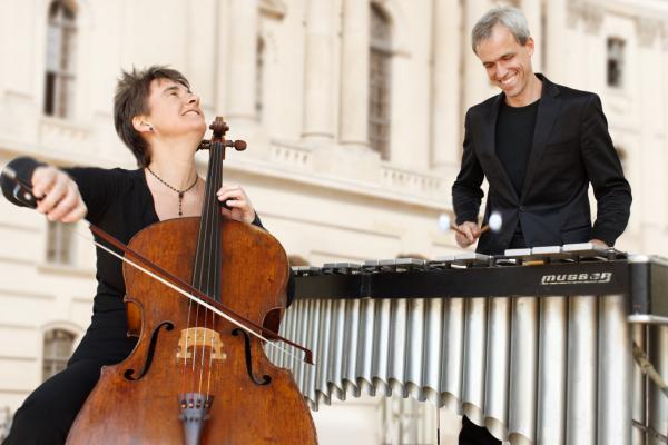 Konzert im Schloss Caputh: ZEITREISEN - Cello (Anna Carewe) meets Vibraphon (Oli Bott) - Das bekanne Duo überspringt im wahrsten Sinne spielend Musikepochen