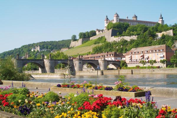 (c) Congress-Tourismus-Würzburg, Fotograf: A. Bestle Mainkai mit Blick auf Festung Marienberg