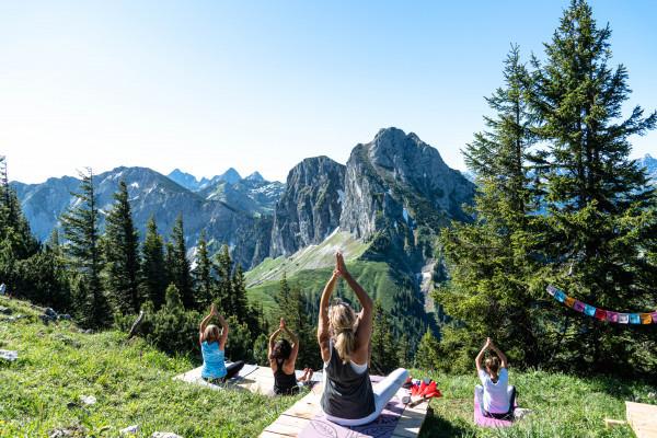 Yoga am Berg mit Blick auf den Aggenstein