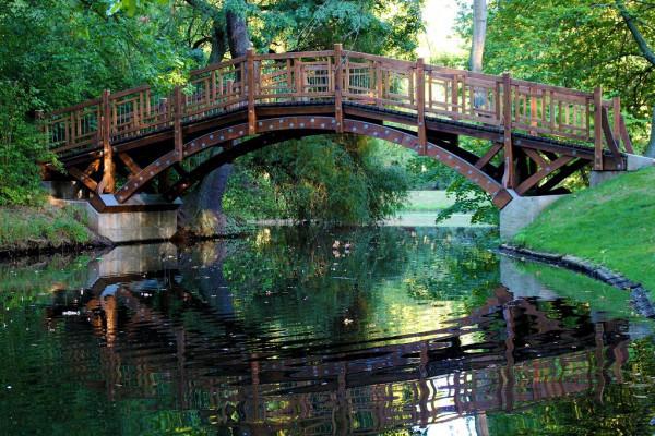 Die romantische Brücke gehört mit zur Gartengestaltung des 19. Jh.