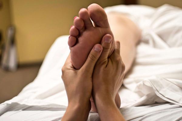 Ihre Fußreflexzonenmassage dauert in der Regel zwischen 20 und 30 Minuten und sollte je nach je nach Beschwerdebild zwei bis fünf Mal wiederholt werden.
