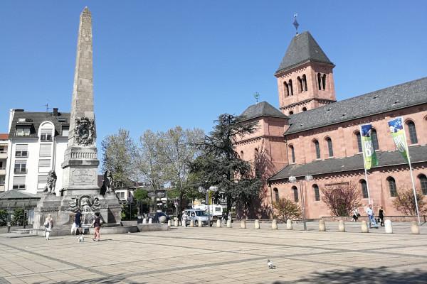Ludwigsplatz mit Martinskirche und Obelisk