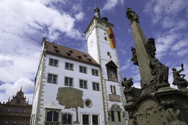 Würzburg: Rathaus mit Grafeneckart und Vierröhrenbrunnen