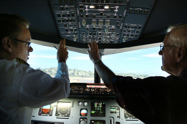 Du lernst das Flugsimulator Cockpit detailliert kennen und darfst, von Beginn an, vieles daran einstellen und bedienen