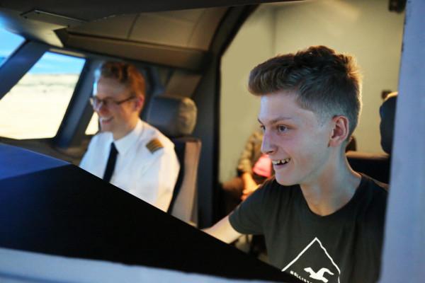 Du bist der Pilot im Flugsimulator in Berlin und fliegst dort wo Du fliegen willst, die gesamte Welt steht Dir zur Verfügung!