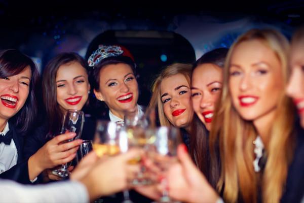 Gruppe junger Frauen beim Feiern