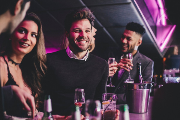 Kollegen bei einem Drink auf einer Afterwork-Party