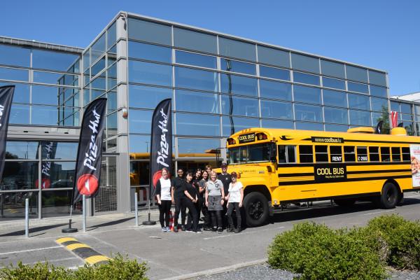 Cool Bus vor dem Restaurant Pizza Hut in Pommerloch