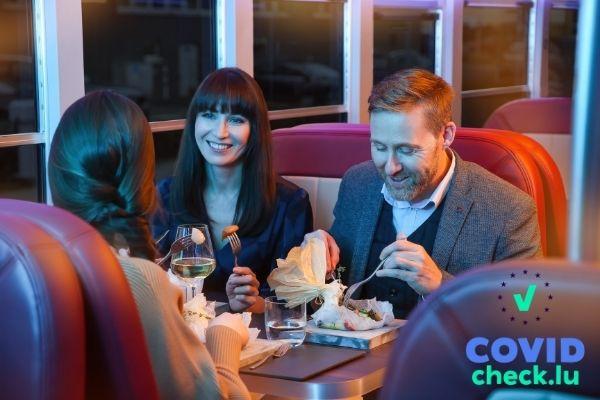 Familie genießt ein Gourmet-Menü im Dinner-Hopping Bus
