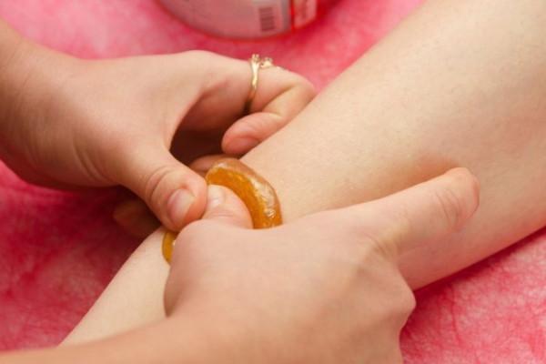 Haarentfernung mit Zuckerpaste