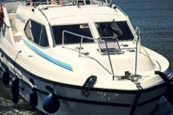 Motorboot auf großer Fahrt
