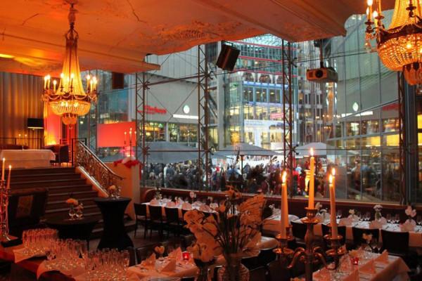 Im Frühstückssaal des Josty am Potsdamer Platz in Berlin ermitteln