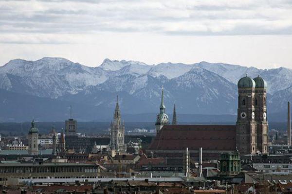 Blick bis zu den Alpen - Hubschrauber Rundflug über München