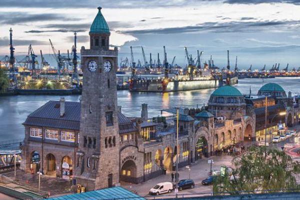 Romantische Landungsbrücken - Hamburgs Skyline auf der Luft genießen