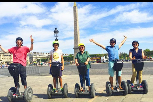 Familie bei einer Segway Tour durch Paris