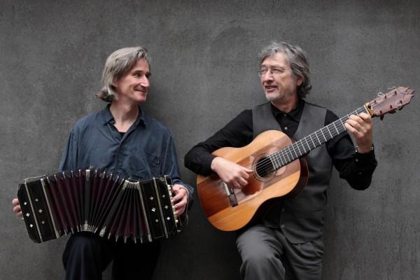 Konzert in Schwielowsee: südamerikanische & spanische Klänge: Duo El Abrazo: Rainer Volkenborn (Bandoneon) und Paco Liana (Gitarre,  Gesang)