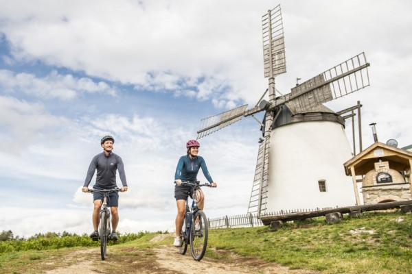 Mit den eBikes zur Retzer Windmühle Foto: Weinviertel Tourismus / Herbert Herbst