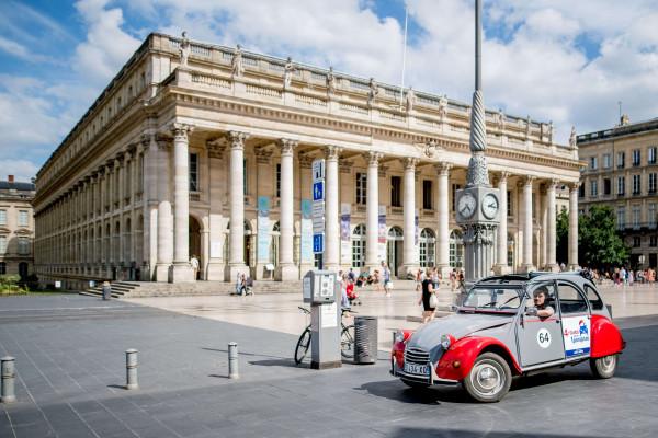 Une de nos 2CV devant le Grand Théatre de Bordeaux