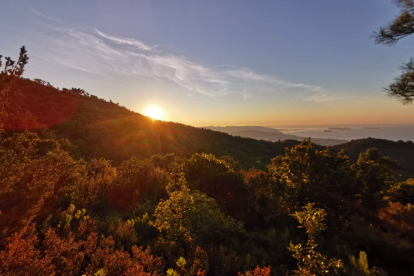 Lever de soleil et couleurs magiques depuis le massif de l'Estérel