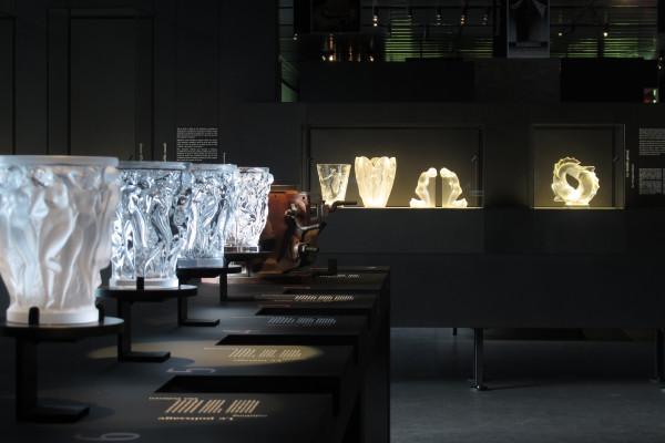 Faites un saut dans cette épopée extraordinaire associant le savoir-faire traditionnel Lalique aux arts de la gastronomie et du vin !
