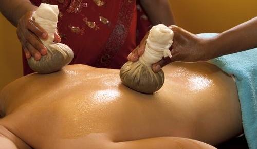 Ayurveda-Massage mit warmen Gaze-Säckchen in Wetzlar