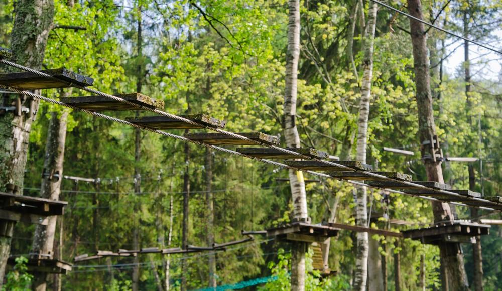 Hochseilgärten, Kletterwälder und Kletterparks